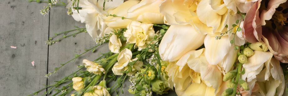 Bouquet of flowers in shades of ivory and cream.
